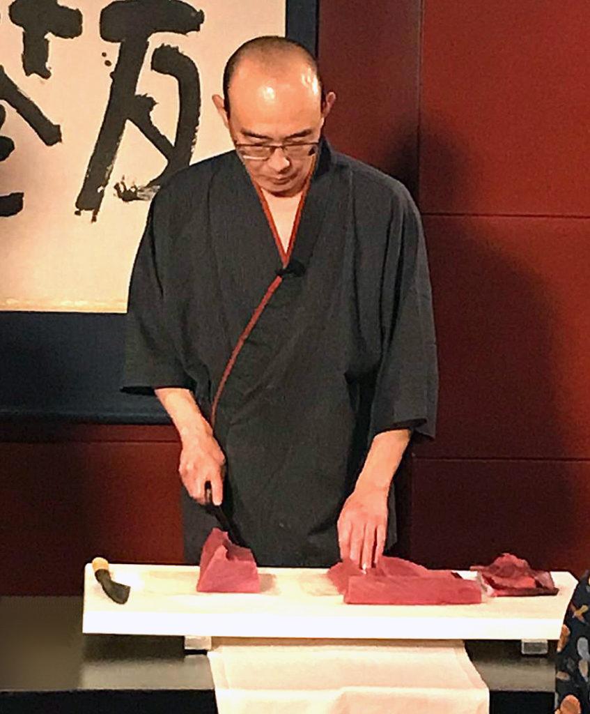 Hitoshi Ikenaga en pleno proceso de preparación del atún rojo