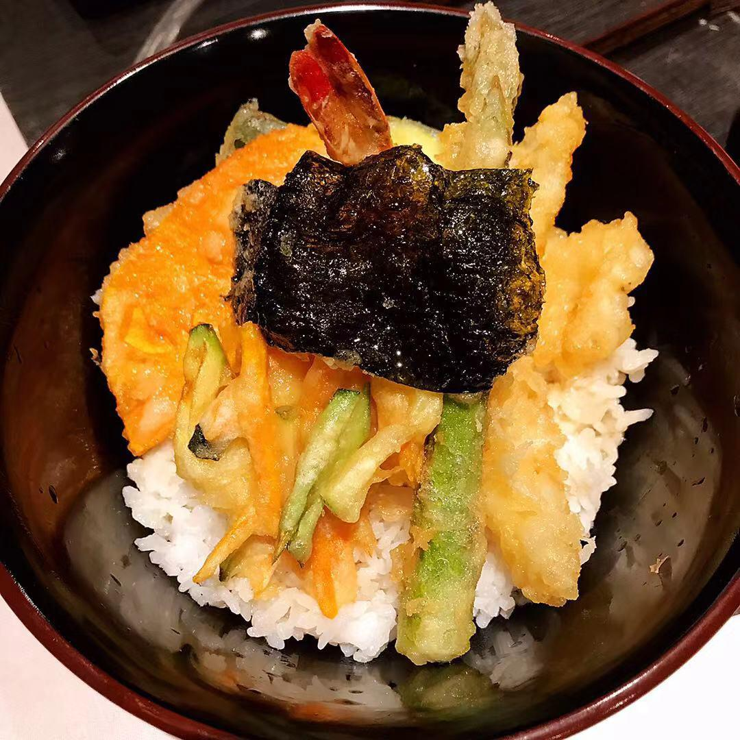Plato de tempura de Janatomo, con adorno de algas