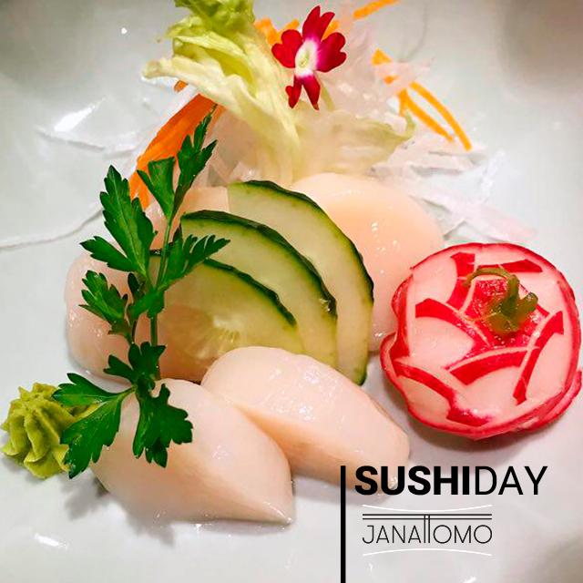 El sushi es un plato típico japonés. Es el arroz japonés combinado con diferentes ingredientes: pescado, verduras y/o mariscos.