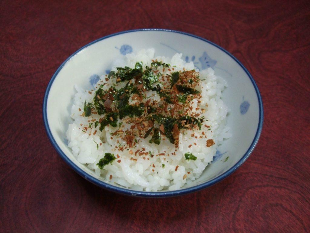 Cuenco de arroz con furikake espolvoreado.