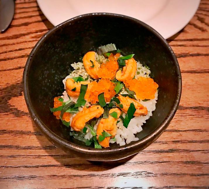 Cuenco de arroz con furikake espolvoreado, popular condimento japonés