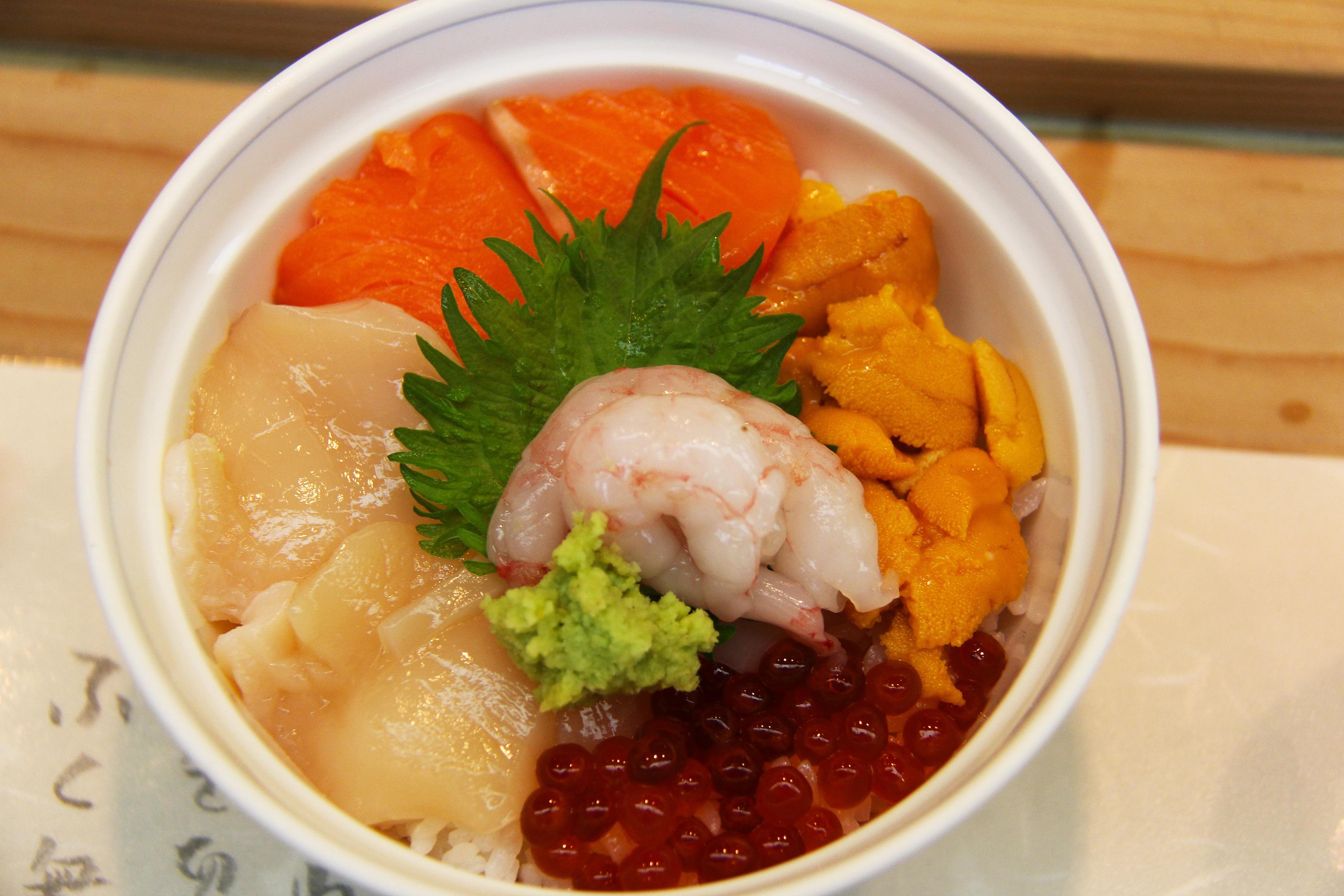 Plato japonés con marisco, pescado y verdura