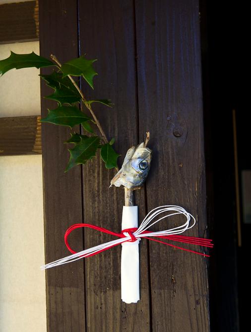 Setsubun, festival japonés que celebra el inicio de la primavera. hiragi iwashi o cabezas de sardinas ensartadas en acebo.