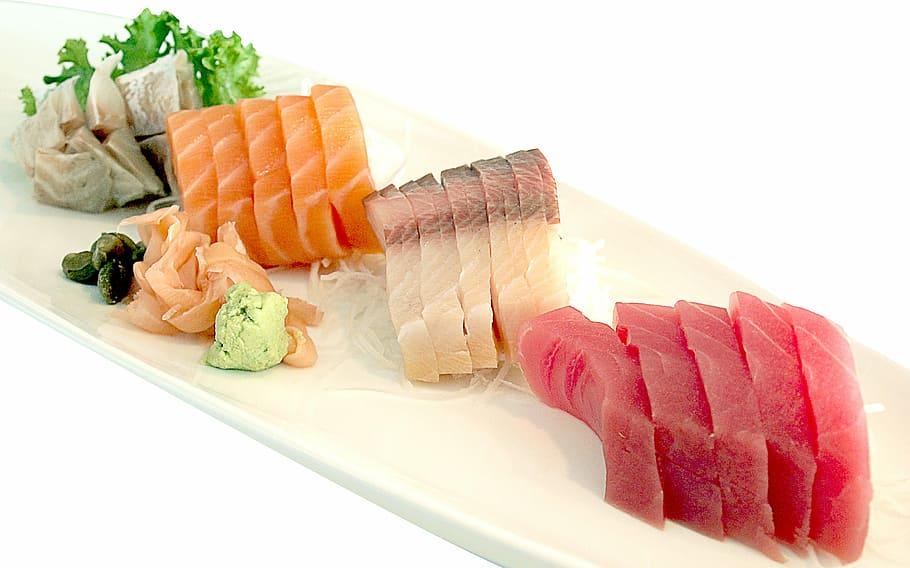 Sushi de atún y salmón. Cocina japonesa.